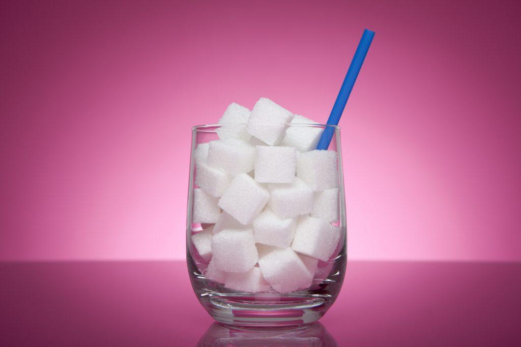 シンガポール、甘い飲み物の広告全面禁止