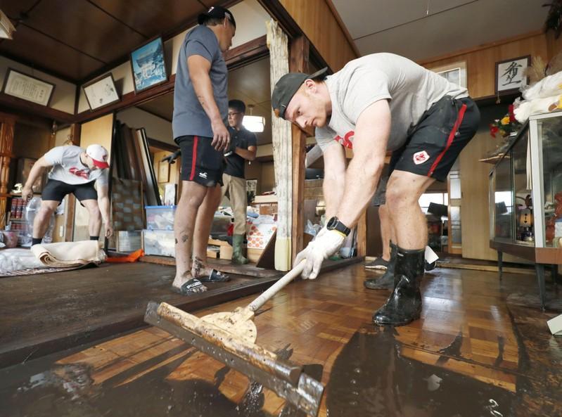 カナダ、釜石の泥掃除で英雄に