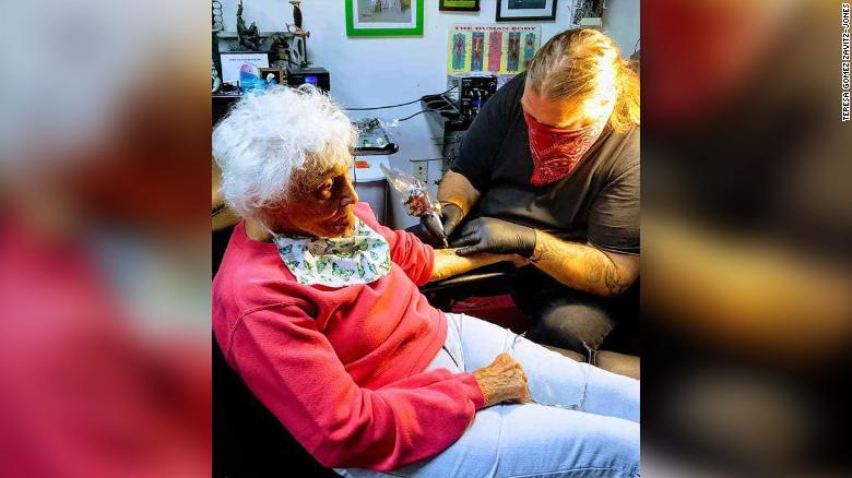 103歳で「人生初のタトゥー」を入れたおばあちゃん