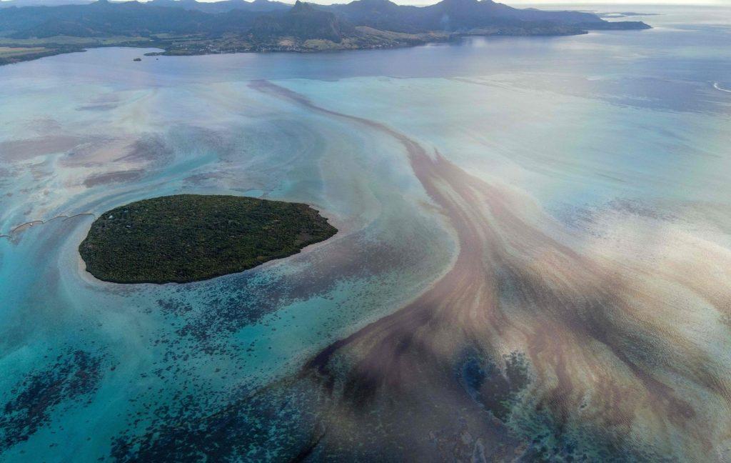 日本のタンカー座礁で1000トンの燃料が流出